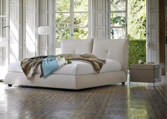 Dormitorio con cama tapizada. Mod: TREVISSO
