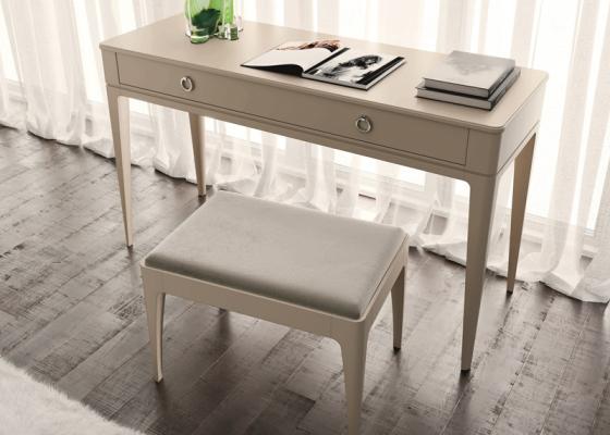Conjunto de escritorio / tocador lacado con banqueta tapizada. Mod: MARIA