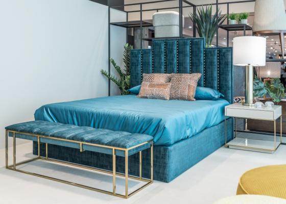 Dormitorio tapizado de diseño con detalles de tachas y acero inoxidable. Mod: AGHATA