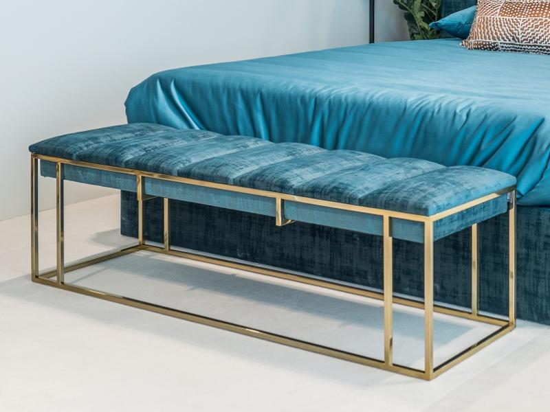 Dormitorio tapizado de dise�o con detalles de tachas y acero inoxidable. Mod: AGHATA
