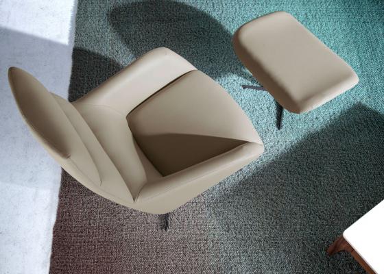 Conjunto sillón giratorio y puf. Mod. MOMA