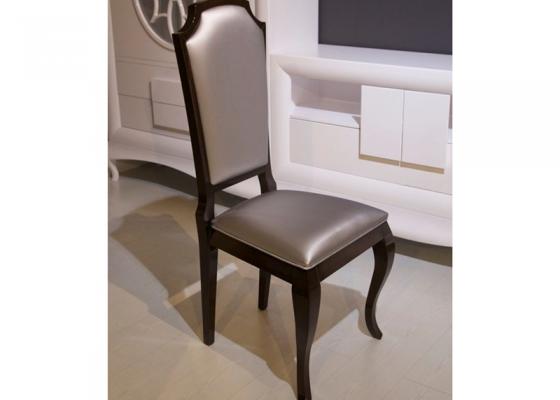 Juego de 2 sillas tapizadas y lacadas. Mod. SEGESTA