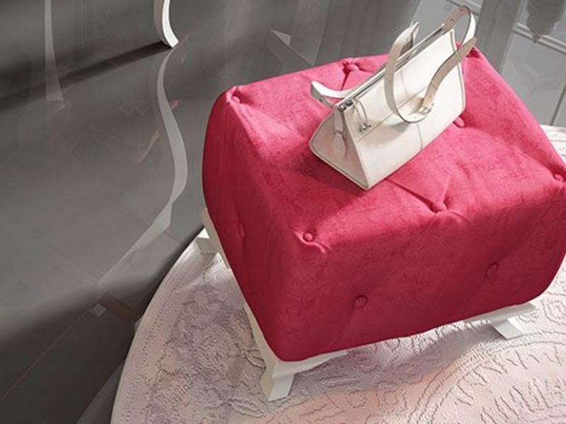 Banqueta con asiento tapizado en capitonn� con botones y patas chippendale. Mod. 45360