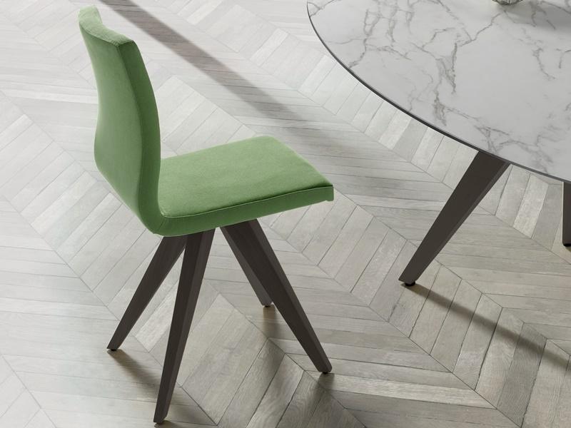 Juego de  2 sillas tapizadas en madera de haya. Mod. NINO