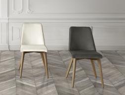 Juego de  2 sillas tapizadas en madera de haya. Mod. LOLITA