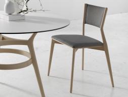 Juego de  2 sillas tapizadas en madera de haya. Mod. LEGER