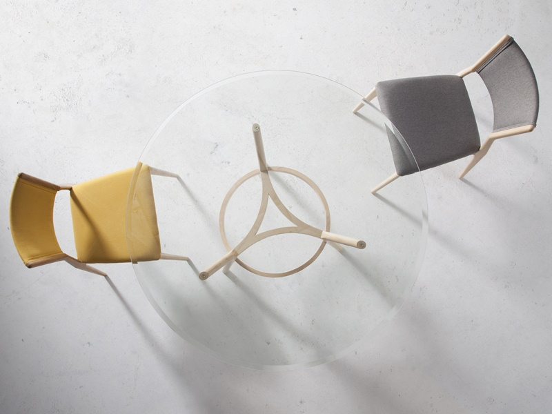 Juego de  2 sillas tapizadas en madera de haya. Mod. KURT