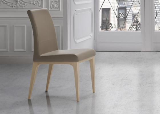 Juego de  2 sillas tapizadas en madera de haya. Mod. CINTIA