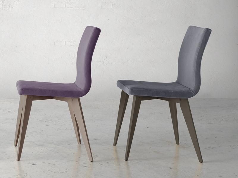 Juego de  2 sillas tapizadas con patas de madera. Mod. JANE WOOD