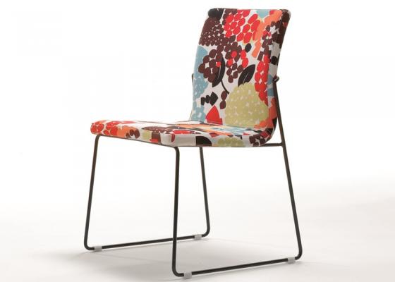 Juego de  2 sillas tapizadas con patas metálicas. Mod. JANE