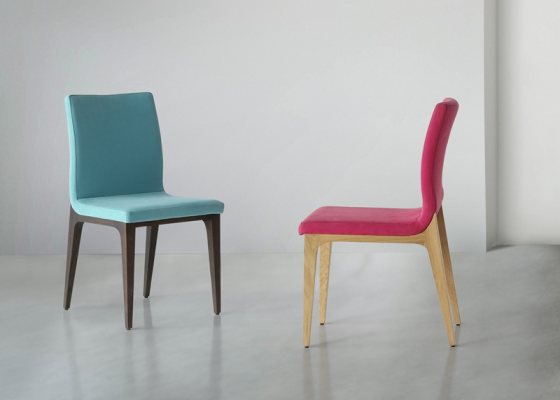 Juego de  2 sillas tapizadas con patas de madera. Mod. IMMA