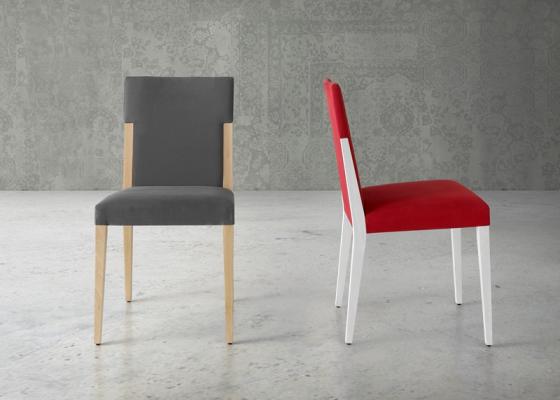 Juego de  2 sillas tapizadas con patas de madera. Mod. MALIK