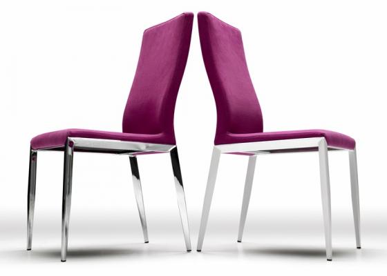 Juego de  2 sillas tapizadas con patas en acero. Mod. OLAF