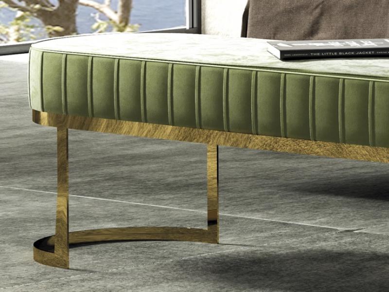 Banqueta tapizada con base en acero inoxidable. Mod: CAMILE