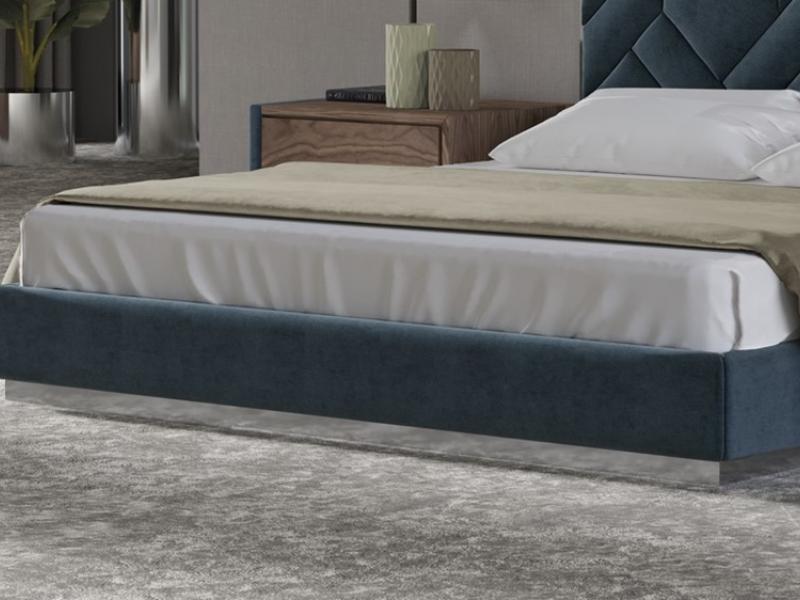 Cama completa tapizada en terciopelo con detalles en acero inox. Mod: DORIANNE ACERO INOX