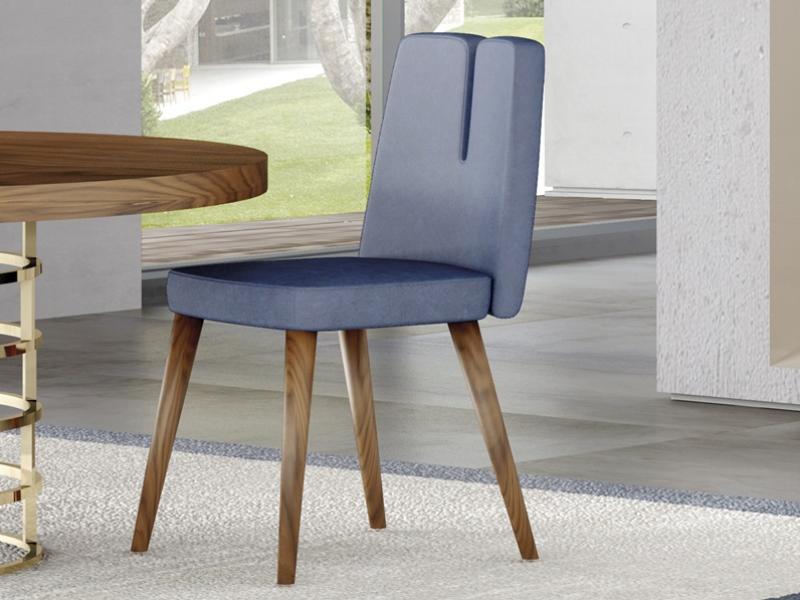 Juego de  2 sillas tapizadas con patas en madera de nogal. Mod. DOLCE