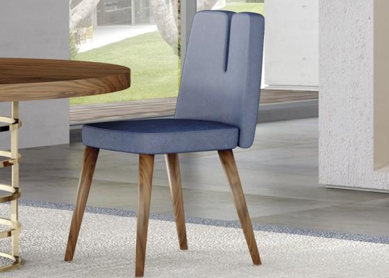Silla tapizada con patas en madera de nogal. Mod. DOLCE