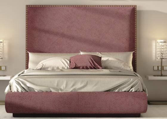 Cama completa tapizada con detalles de tachas en cabecero.Mod: DARIA