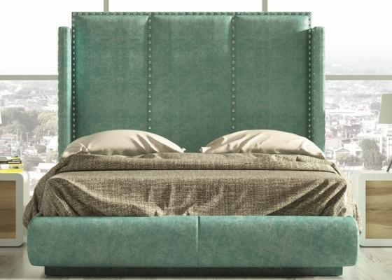 Cama completa tapizada con detalles de tachas en cabecero.Mod: ARIA