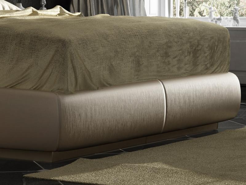 Cama completa tapizada y lacada con detalles en pan de champagne y cristales de Swarovski. Mod: ONUR