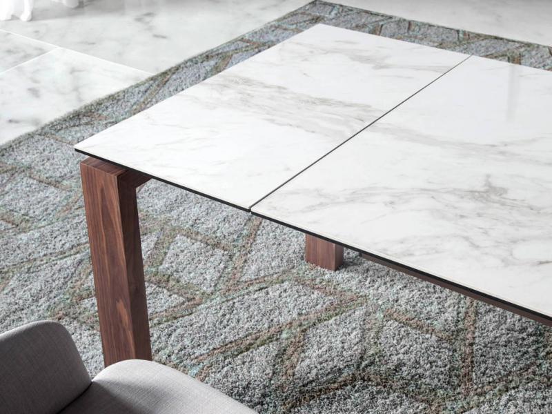 Mesa de comedor extensible con estructura en nogal y tapa cer�mica. Mod. ZINNIA