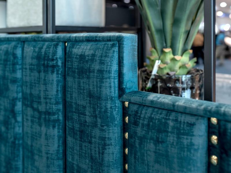 Cama completa tapizada en terciopelo con detalles de tachas.Mod: AGHATA
