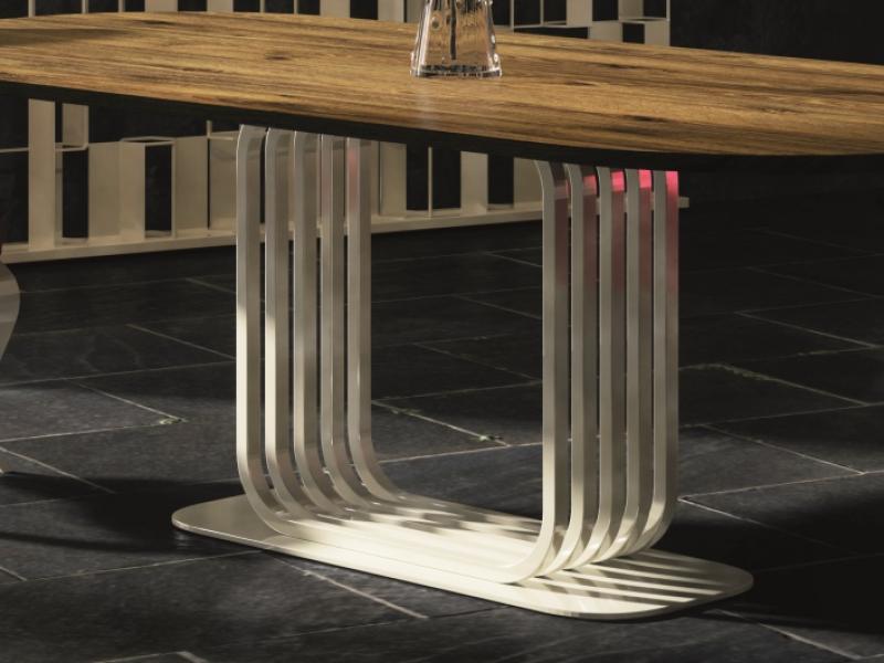 Mesa de comedor fija con tapa de roble y base en hierro lacado. Mod: ARLON