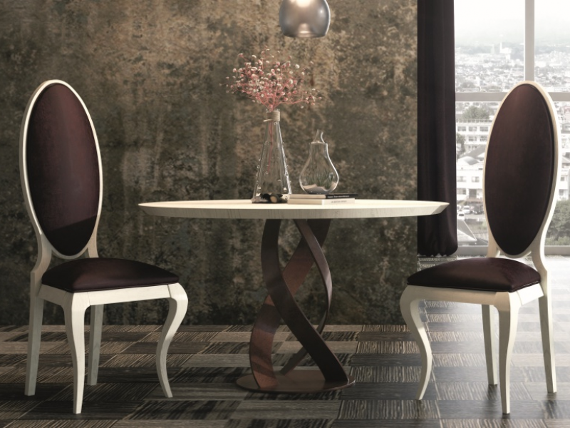 Mesa redonda con tapa de roble y base en hierro lacado. Mod: DOZZA