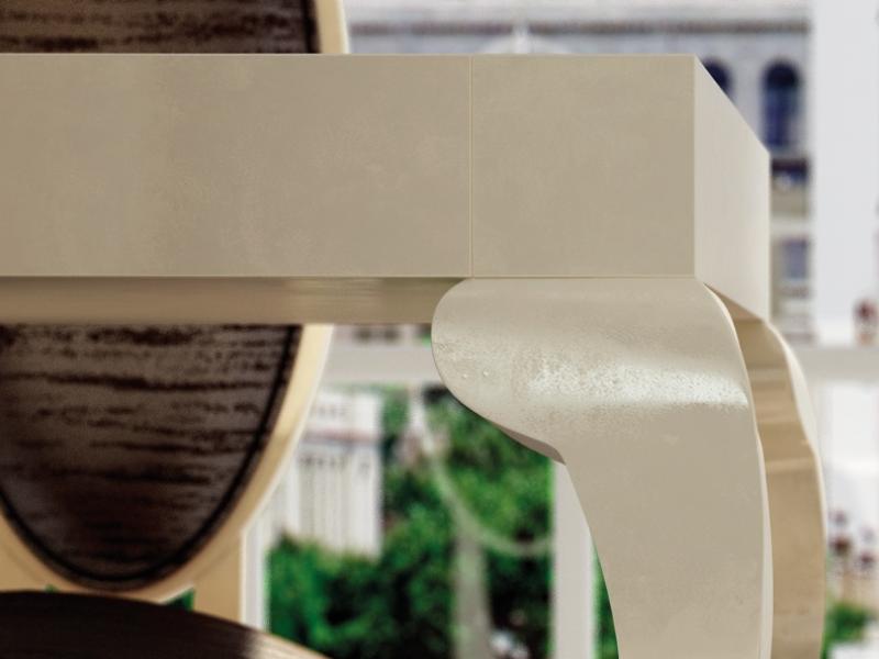 Mesa de comedor fija o extensible con  tapa lacada y patas chipendale. Mod: ISABELLA