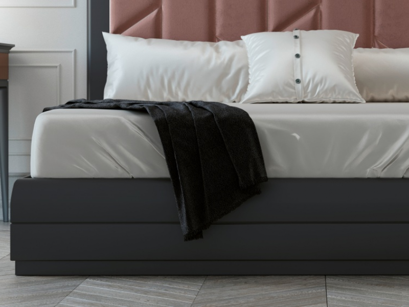 Cama completa con cabecero lacado y plaf�n central tapizado. Mod: REEM