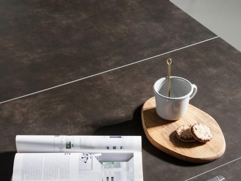 Mesa de comedor extensible con estructura en nogal y tapa cer�mica. Mod. PALMA