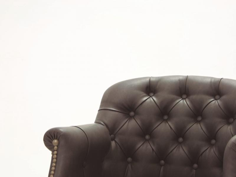 Sill�n giratorio tapizado capitonne en piel genuina. Mod: LYON PIEL