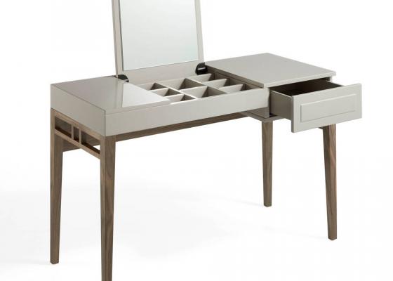 Tocador lacado con espejo y estructura chapada en nogal americano.Mod: CAPRICCIO