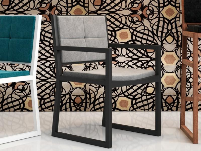 Silla tapizada con brazos en madera vista. Mod: DIANNA